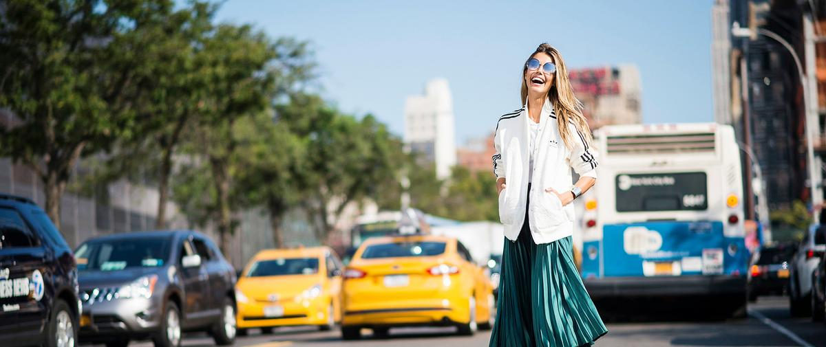 Jean, jupe plissée, blouse romantique… Comment réinterpréter ces valeurs sûres