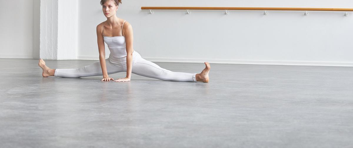 Abdos, fesses, dos : cinq exercices de barre au sol à faire chez soi