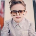 Des enfants posent comme des mannequins sur Instagram