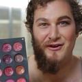 Des hommes acceptent d'être maquillés et n'en croient pas leurs yeux