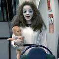 Déguisée en zombie, une fillette terrorise les passagers dans le métro