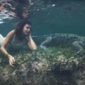 Le mannequin Roberta Mancino nage au milieu des crocodiles