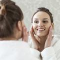 Crèmes, démaquillants, brumes... Quels soins choisir quand on a la peau sensible ?