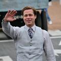 Brad Pitt sauve une petite fille prise au piège dans un mouvement de foule