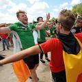 Euro 2016 : des supporters irlandais chantent une berceuse à un bébé dans le métro