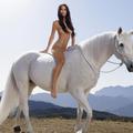 Emily Ratajkowski pose nue sur un cheval pour parler du corps idéal