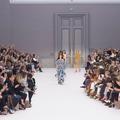 À Paris, les designers célèbrent une femme française pleine de grâce