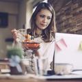 Comment déjeuner au travail sans déranger ses collègues ?