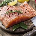 Provenance, conditions d'élevage, prix... Comment bien choisir son saumon fumé pour les fêtes ?