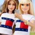 Gigi Hadid s'offre sa poupée Barbie, habillée par Tommy Hilfiger