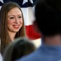 """Chelsea Clinton blâme la publicité """"sexiste"""" d'un joaillier américain"""