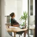 Grossesse au bureau : huit astuces pour soulager les douleurs liées à la position assise