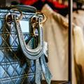 Doit-on acheter des vêtements de luxe lors d'un vide-dressing ?