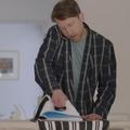 Tâches ménagères : une série inverse les rôles des hommes et des femmes