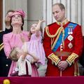 Le prince George et la princesse Charlotte grimacent sur le balcon de Buckingham Palace