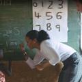 Rihanna apprend à calculer à des enfants du Malawi