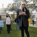 Erin Brockovich, porte-parole de la lutte contre les implants contraceptifs Essure