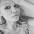 Pamela Anderson pleure la mort de Hugh Hefner dans une vidéo