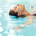 Comment prendre soin de ses cheveux quand on va à la piscine ?