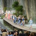 Pluie joyeuse, PVC transparent et tweed iconique : l'été selon Chanel