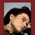 Motifs à carreaux et haute joaillerie pour un look dandy décalé