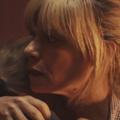 Marina Foïs et Mathieu Kassovitz dans un clip saisissant sur la situation des migrants