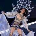 Un mannequin chute au défilé Victoria's Secret 2017