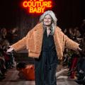 Sophie Fontanel surprend en défilant pendant la semaine de la couture
