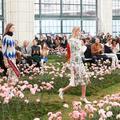 Forêt brumeuse, sol en pop-corn, soucoupe volante... Les plus beaux décors de la Fashion Week new-yorkaise