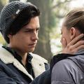 """Cole Sprouse et Lili Reinhart de """"Riverdale"""" s'embrassent dans les rues de Paris"""