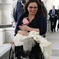 Une sénatrice américaine a voté avec son nouveau-né dans les bras