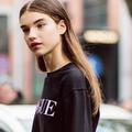 Les brumes parfumées plaisent à la jeune génération de filles aux cheveux longs