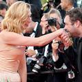 """Carlos Ghosn avec sa femme, Julie Gayet sans son homme, la montée des marches des """"Éternels"""""""