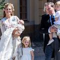 La princesse Leonore de Suède se roule (gracieusement) par terre au baptême de sa sœur