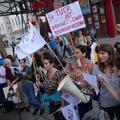 """""""Quand t'as tué, tu te tais"""" : des féministes manifestent à Paris contre le concert de Bertrand Cantat"""