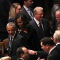 Ce petit moment de complicité entre George W. Bush et Michelle Obama lors des funérailles de John McCain