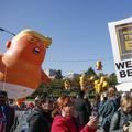"""Rassemblement à Chicago contre la politique """"anti-femmes"""" de Trump"""