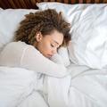Pourquoi certains parlent dans leur sommeil ?
