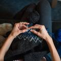 Relaxation, confiance en soi et anti-stress : comment la tricothérapie nous fait du bien