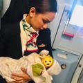 Une hôtesse de l'air allaite le bébé d'une passagère en plein vol