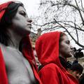 """Gilets jaunes : la manifestation silencieuse des """"Marianne"""" seins nus sur les Champs-Elysées"""