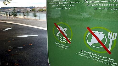 Une pancarte placée pour prévenir les passants de l'interdiction de consommer le poisson du Rhône, et de l'ensemble de ses affluents, en septembre 2007. Raison : des PCB ont été détectés dans l'eau.