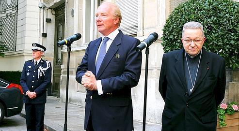 Le ministrede l'Intérieur, Brice Hortefeux et le cardinal AndréVingt-Trois, présidentde la Conférencedes évêquesde France,hier,place Beauvau, à Paris. (Crédits photo : RICHARD VIALERON/LE FIGARO)