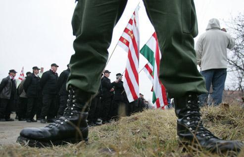 Manifestation des membres de la Garde Hongroise, groupe paramilitaire du Jobbik, le principal parti d'extrême-droite du pays, fin 2007 au Sud de Budapest. Ce groupe a été dissout en 2009. (Crédits photo: Attila Kisbenedek/AFP)