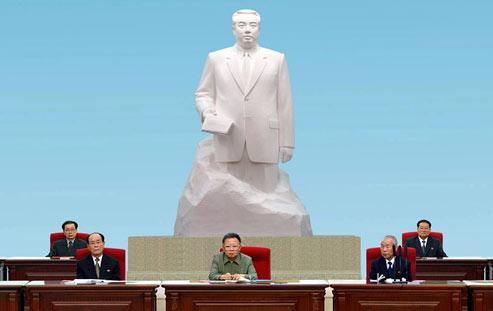 Visiblement amaigri, Kim Jong-il (au centre) est apparu en public le 28 septembre lors de la conférence exceptionnelle du parti communiste, censée engager le processus de sucession dynastique. (Crédits photo: AFP)