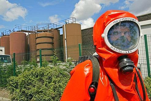 Un pompier, dans le cadre d'un exercice, intervient dans une zone contaminée dans l'usine de Saint-Fons Chimie, classé Seveso.