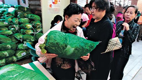 Des habitants de Séoul font la queue pour acheter du chou chinois, ingrédient aussi indispensable au régime sud-coréen qu'une baguette en France. (Crédits photo : JO YONG-HAK/REUTERS VIA THE NEW YORK TIMES INTERNATIONAL WEEKLY)