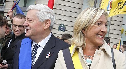 Les adhérents du FN réunis en congrès départageront Marine Le Pen et Bruno Gollnisch à la mi-janvier, à Tours.