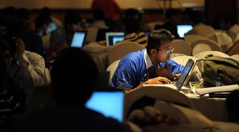 Un professionel de l'Indian Information Technology travaille sur son ordinateur à Bangalore. Aujourd'hui, tous les grands noms de l'informatique sont présents dans la capitale du Karnataka.