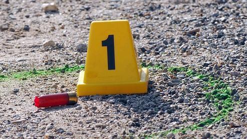 Une des douilles retrouvée sur les lieux de l'assassinat de Francis Guazzelli, à Penta-di-Casinca en novembre 2009. Il était considéré comme l'un des piliers de la bande de La Brise de Mer. (Crédits photo : AFP)